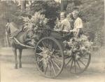 11.2. Anneke van Ooyen en Ida Schouten Groenekan 30-er jaren in een Tilbury.jpg